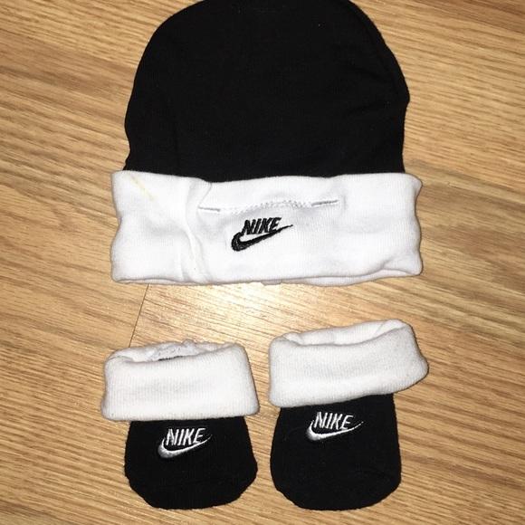 daf199f47f6c9 Nike Black and White Newborn Hat and Socks. M 5c5706b42beb7908ae898e08